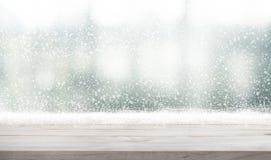 与冬天季节背景降雪的空的木台式  f 免版税库存照片