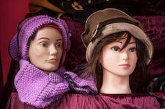 与冬天帽子的时装模特在市场上 免版税库存照片