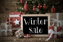 与冬天销售的怀乡圣诞树,雪花 免版税图库摄影