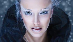 与冬天雪构成的时装模特儿 免版税图库摄影