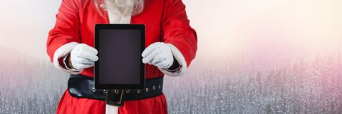 与冬天风景和片剂的圣诞老人 库存照片