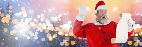 与冬天风景的圣诞老人与名单 库存照片