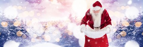 与冬天风景的圣诞老人在烟囱 库存照片