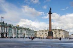与冬宫的宫殿正方形和在圣徒P的亚历山大专栏 库存图片