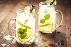 与冰、柠檬和薄荷叶的冷的新鲜的Mojito鸡尾酒柠檬水在金属螺盖玻璃瓶 图库摄影