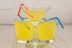 与冰、柠檬和薄菏的冰茶在一个联合的色的黄色背景夏天冷的饮料鸡尾酒 Copyspace 免版税图库摄影