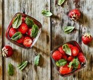 与冰、薄荷叶和草莓的红色饮料 鸡尾酒,堪蓓莉开胃酒, aperol, 免版税库存图片