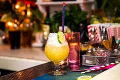 与冰、酒和汁液的酒精刷新的鸡尾酒在夜总会或酒吧柜台 库存图片