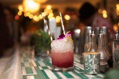 与冰、酒和汁液的酒精刷新的鸡尾酒在夜总会或酒吧柜台 免版税库存图片