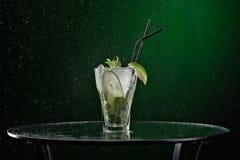 与冰、绿色薄菏和石灰的新饮料 库存图片