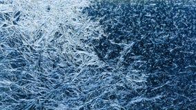 与冰冷的织地不很细样式的抽象结冰的窗口,玻璃表面崩裂了冰宏指令视图 免版税图库摄影