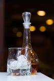 与冰和一个蒸馏瓶的空的玻璃有酒精的 库存图片