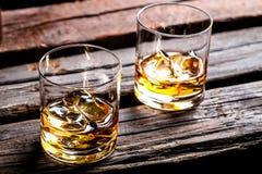 与冰和威士忌酒的两块玻璃 免版税库存照片