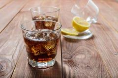 与冰和柠檬的冷饮 免版税库存照片