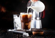 与冰和牛奶,棕色背景, selectiv的夏天冷的咖啡 库存图片