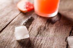 与冰和盐的葡萄柚鸡尾酒在木背景 1 3 5 6 8个所有鸡尾酒椰子colada多维数据集饮料新鲜的冰成份查出的汁液长度单位评定牛奶混合的当事人pina菠萝puerto纯rican兰姆酒服务片式匙子时间对白色 免版税库存图片