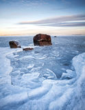 与冰和石头的垂直的冬天风景 免版税库存图片