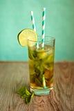 与冰和秸杆的冷的茶鸡尾酒在船上 库存图片