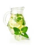 与冰和薄菏的柠檬水在一个玻璃水罐 免版税库存图片