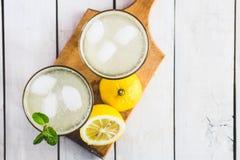 与冰和薄菏的柠檬水 背景空白木 免版税库存照片
