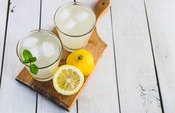 与冰和薄菏的柠檬水 背景空白木 库存图片