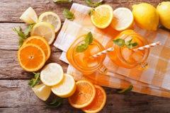与冰和薄菏的橙色鸡尾酒在玻璃瓶子特写镜头 horizo 免版税图库摄影