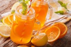与冰和薄菏的橙色鸡尾酒在玻璃瓶子特写镜头 horizo 免版税库存照片