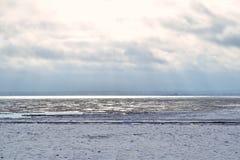 与冰和雪的冬天沿海风景在海滩 免版税库存照片