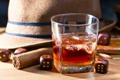 与冰和雪茄的威士忌酒 免版税库存照片