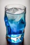 与冰和结露的蓝色小玻璃 库存图片