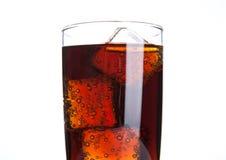 与冰块和泡影的可乐玻璃在白色 免版税图库摄影