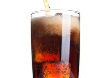 与冰块和泡影的可乐玻璃在白色 免版税库存照片