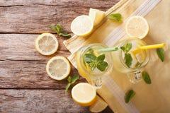 与冰块和薄菏接近的刷新的柠檬水 水平 免版税图库摄影
