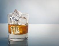 与冰块演播室射击的威士忌酒玻璃 库存图片