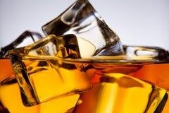 与冰块特写镜头的威士忌酒玻璃 库存照片