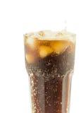 与冰块的可乐玻璃在一个空白背景 库存图片
