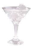 与冰块的可口鸡尾酒在白色背景的马蒂尼鸡尾酒玻璃 图库摄影