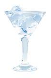 与冰块的可口鸡尾酒在白色背景的马蒂尼鸡尾酒玻璃 库存照片