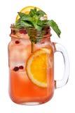 与冰块的新刷新的饮料在金属螺盖玻璃瓶用桔子、蔓越桔和薄菏 在白色背景的夏天饮料 免版税库存图片