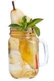 与冰块的新刷新的饮料在金属螺盖玻璃瓶用梨和薄菏 在白色背景的夏天饮料 库存图片