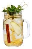 与冰块的新刷新的饮料在金属螺盖玻璃瓶用苹果、桂香和薄菏 在白色背景的夏天饮料 库存图片