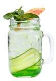 与冰块的新刷新的饮料在金属螺盖玻璃瓶用黄瓜、葡萄柚和薄菏 在白色背景的夏天饮料 Refreshi 免版税库存图片
