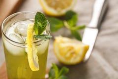 与冰块的柑橘柠檬水在玻璃杯 夏天饮料Limoncello 免版税库存图片
