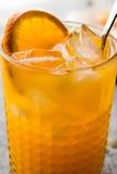 与冰块的橙色鸡尾酒 库存图片