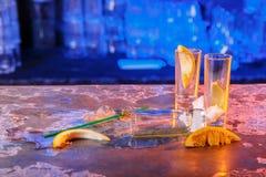 与冰块的溢出的鸡尾酒在蓝色颜色 库存照片