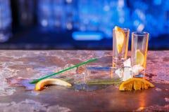 与冰块的溢出的鸡尾酒在蓝色颜色 库存图片