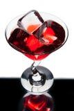 与冰块的红色马蒂尼鸡尾酒玻璃 库存照片