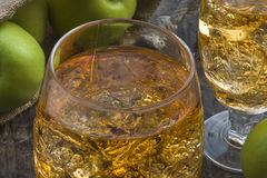 与冰块的苹果汁 库存图片