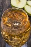 与冰块的苹果汁 免版税图库摄影