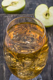 与冰块的苹果汁 免版税库存照片